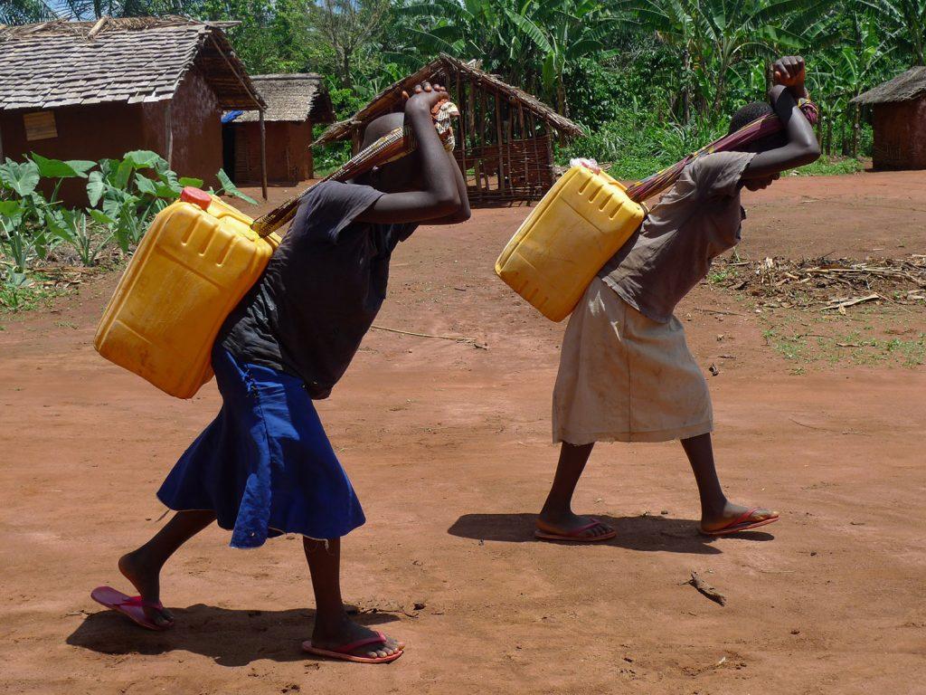 Jonge Meiden Dragen Water In Bunia